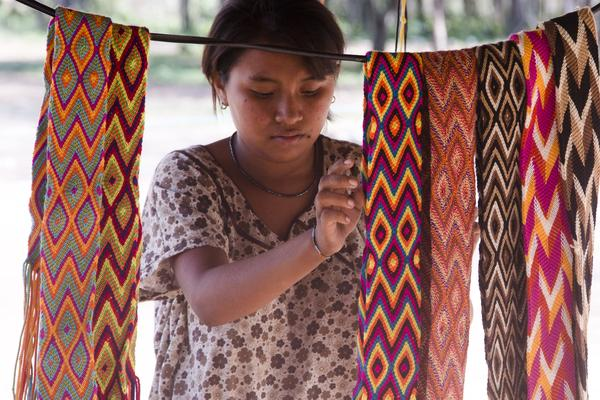 Wayúu woman organizing mochila straps. Photo courtesy of Wayuu Tribe.